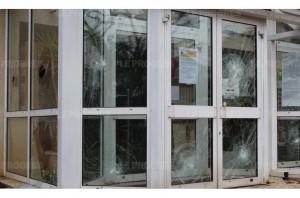 aucune-vitre-du-hall-de-la-mairie-n-a-ete-epargnee-photo-xavier-besson-1457815507