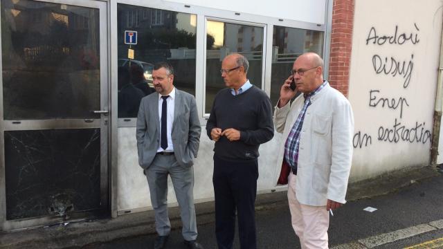 Les politicards locaux tirent la gueule ! De gauche à droite: le maire, le secrétaire génral du PS local et l'adjoint au maire