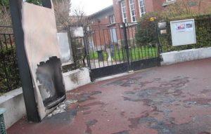 La facade du lycee Paul Langevin, a Suresnes, apres un blocage qui a degenere. Des lyceens ont mis le feu a plusieurs poubelles.